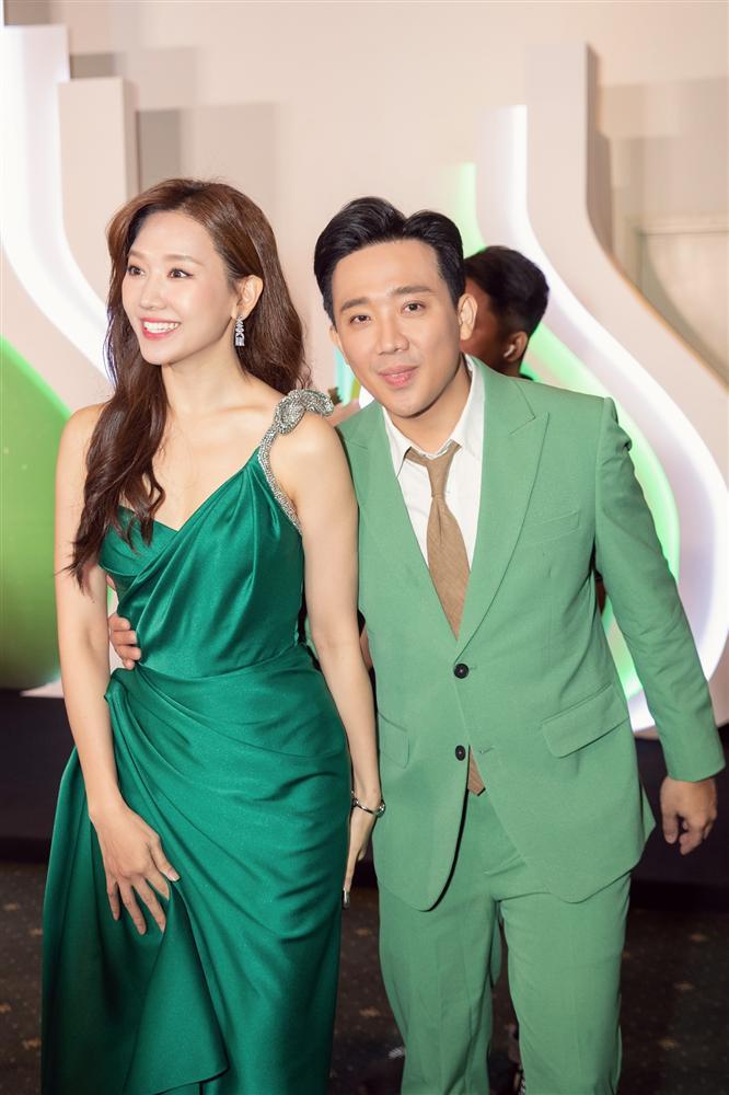 Từng mê Hari Won mặc đồ sexy, giờ Trấn Thành lại soi bộ đầm xẻ cao tít tắp mà vợ diện: Che chắn cẩn thận vẫn thấy không yên tâm-5