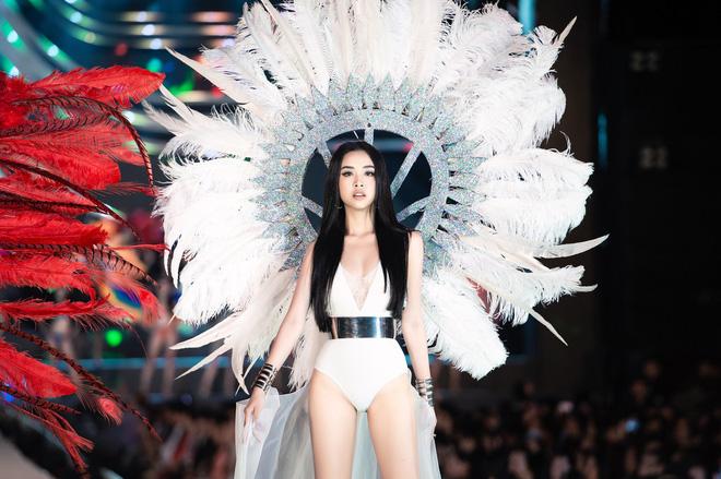Bỏng mắt clip Top 35 HHVN 2020 trình diễn bikini đúng kiểu Victoria's Secret, vedette Tiểu Vy khoe vòng 1 đồ sộ qua camera thường-8
