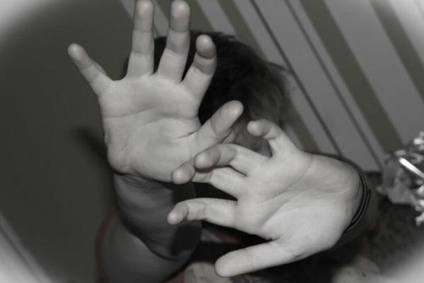 Con trai 9 tuổi đột ngột bỏ đi, mẹ tìm hiểu mới biết hành động bệnh hoạn của gã chồng với con gái 4 tuổi, uất nghẹn hơn nữa khi nghe tòa kết án-3