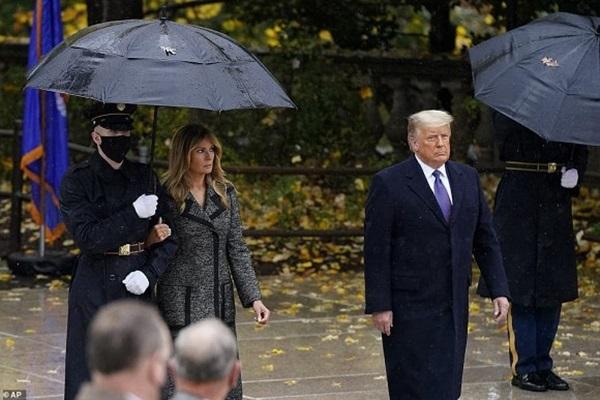 Bà Melania Trump đứng cách xa khỏi chồng, khoác chặt tay người tháp tùng làm bùng lên lần nữa nghi vấn đếm từng phút để ly hôn-1
