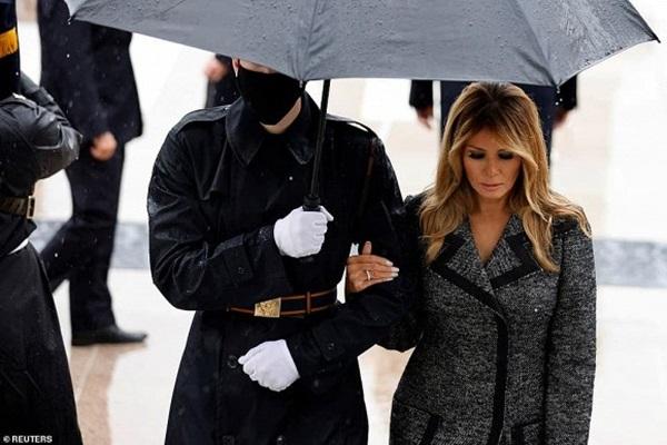 Bà Melania Trump đứng cách xa khỏi chồng, khoác chặt tay người tháp tùng làm bùng lên lần nữa nghi vấn đếm từng phút để ly hôn-2