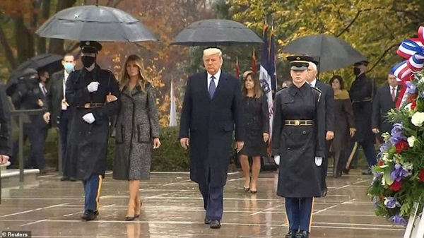 Bà Melania Trump đứng cách xa khỏi chồng, khoác chặt tay người tháp tùng làm bùng lên lần nữa nghi vấn đếm từng phút để ly hôn-3