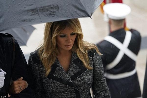 Bà Melania Trump đứng cách xa khỏi chồng, khoác chặt tay người tháp tùng làm bùng lên lần nữa nghi vấn đếm từng phút để ly hôn-4