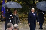Bà Melania Trump đứng cách xa khỏi chồng, khoác chặt tay người tháp tùng làm bùng lên lần nữa nghi vấn 'đếm từng phút để ly hôn'