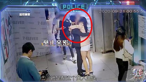Vợ thấy chồng xả thân cứu người trên camera an ninh nhưng hình ảnh sau đó lại tố cáo hành vi gian dối của anh ta-2