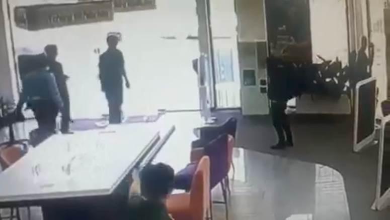 Clip quá trình nghi phạm tẩm xăng doạ đốt, cướp chi nhánh ngân hàng TPBank ở Sài Gòn-3