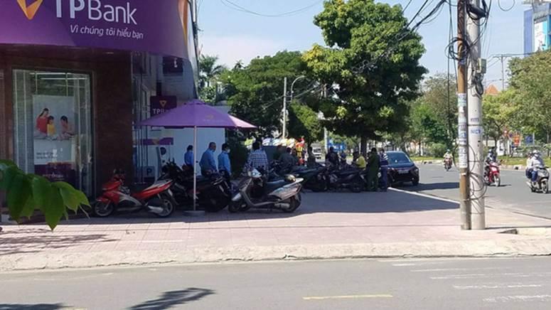 Clip quá trình nghi phạm tẩm xăng doạ đốt, cướp chi nhánh ngân hàng TPBank ở Sài Gòn-4