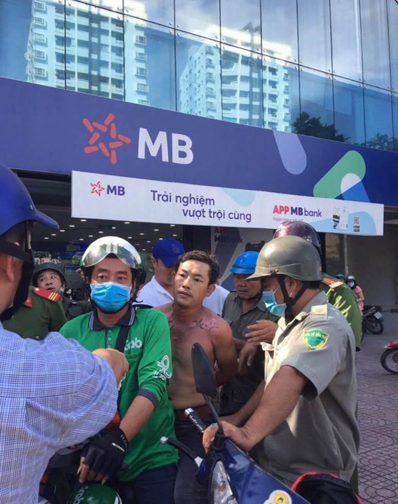 Clip quá trình nghi phạm tẩm xăng doạ đốt, cướp chi nhánh ngân hàng TPBank ở Sài Gòn-6