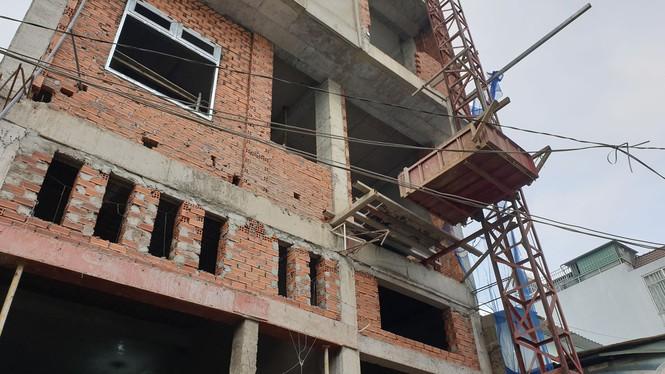 Kinh hãi cảnh giàn giáo công trình ở Sài Gòn bất ngờ đổ sụp-1