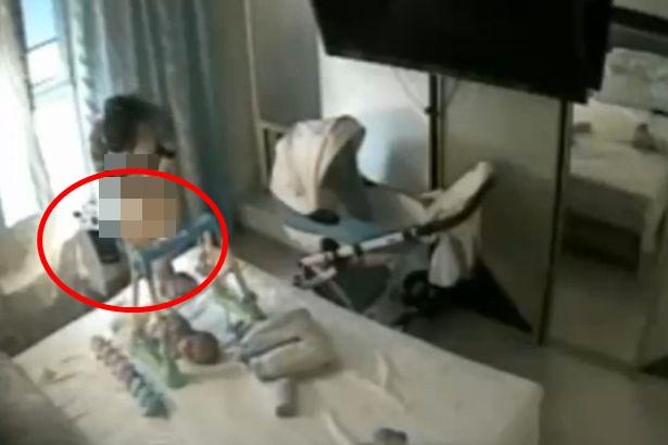 Lắp camera để đảm bảo sự an toàn của con, cặp đôi bàng hoàng khi thấy nữ giúp việc cởi quần áo và hành động tiếp theo ngoài sức tưởng tượng-1