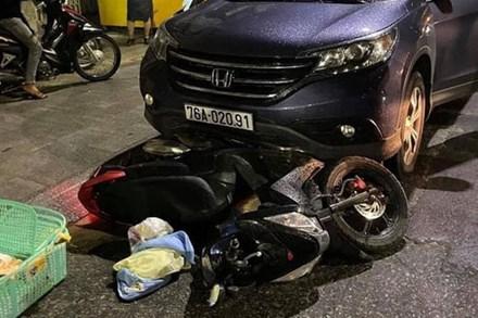 Quảng Ngãi: Ôtô kéo lê xe máy đang chở sản phụ đi sinh đẻ khoảng 500m
