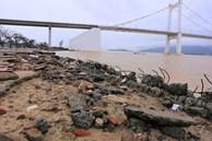 Ảnh: Lần đầu có cảnh nước sông Hàn dâng cao, tràn lên đường gây hư hại đường phố, vỉa hè