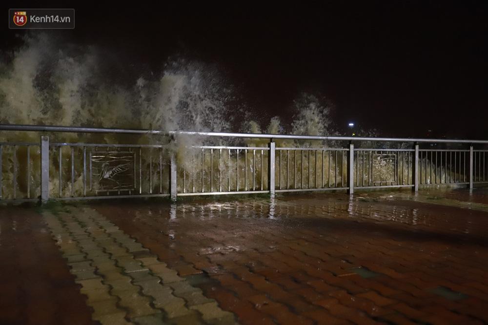 Ảnh: Lần đầu có cảnh nước sông Hàn dâng cao, tràn lên đường gây hư hại đường phố, vỉa hè-1
