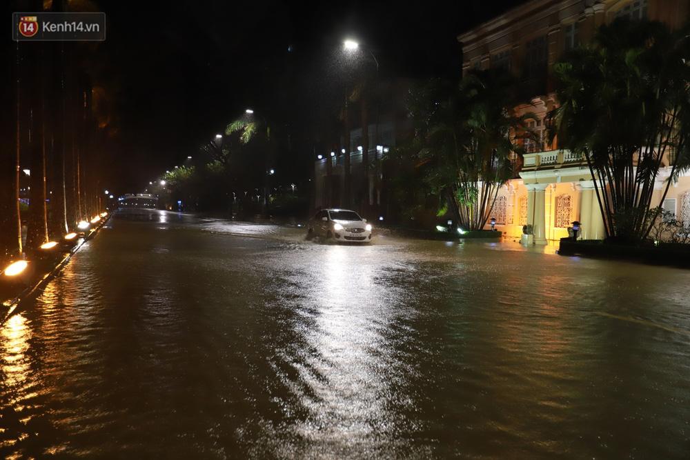 Ảnh: Lần đầu có cảnh nước sông Hàn dâng cao, tràn lên đường gây hư hại đường phố, vỉa hè-6