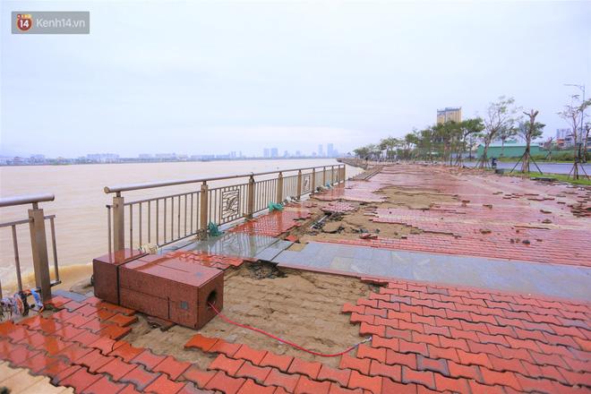 Ảnh: Lần đầu có cảnh nước sông Hàn dâng cao, tràn lên đường gây hư hại đường phố, vỉa hè-15