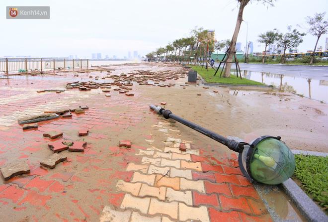 Ảnh: Lần đầu có cảnh nước sông Hàn dâng cao, tràn lên đường gây hư hại đường phố, vỉa hè-13