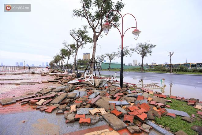 Ảnh: Lần đầu có cảnh nước sông Hàn dâng cao, tràn lên đường gây hư hại đường phố, vỉa hè-14