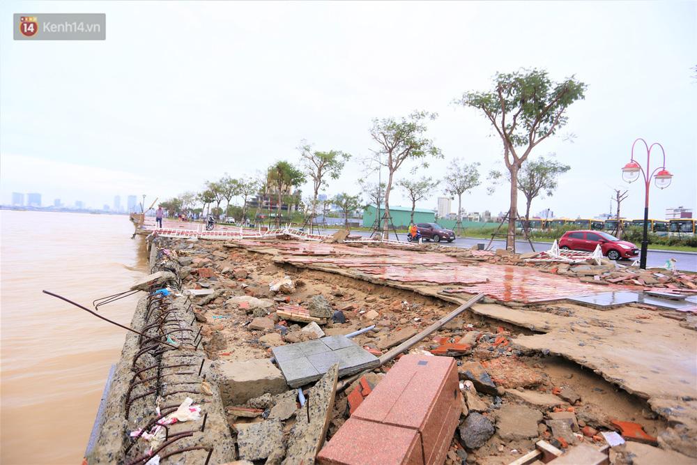 Ảnh: Lần đầu có cảnh nước sông Hàn dâng cao, tràn lên đường gây hư hại đường phố, vỉa hè-11