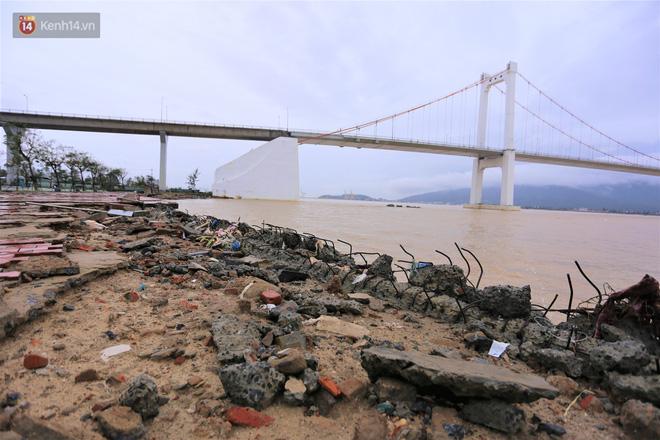 Ảnh: Lần đầu có cảnh nước sông Hàn dâng cao, tràn lên đường gây hư hại đường phố, vỉa hè-16