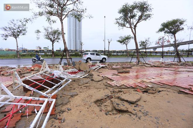 Ảnh: Lần đầu có cảnh nước sông Hàn dâng cao, tràn lên đường gây hư hại đường phố, vỉa hè-18