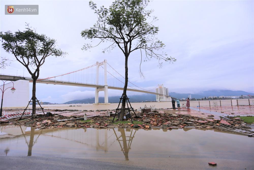 Ảnh: Lần đầu có cảnh nước sông Hàn dâng cao, tràn lên đường gây hư hại đường phố, vỉa hè-10
