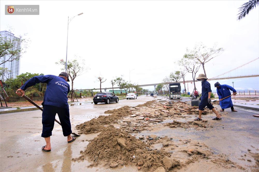 Ảnh: Lần đầu có cảnh nước sông Hàn dâng cao, tràn lên đường gây hư hại đường phố, vỉa hè-20