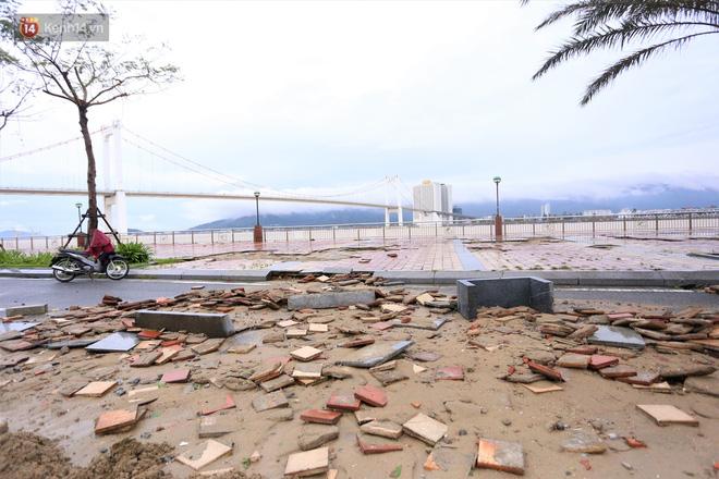 Ảnh: Lần đầu có cảnh nước sông Hàn dâng cao, tràn lên đường gây hư hại đường phố, vỉa hè-17