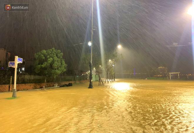 Ảnh: Lần đầu có cảnh nước sông Hàn dâng cao, tràn lên đường gây hư hại đường phố, vỉa hè-7