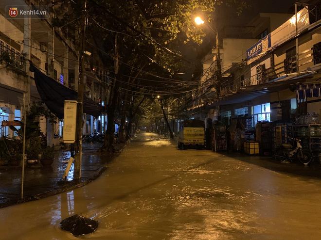 Ảnh: Lần đầu có cảnh nước sông Hàn dâng cao, tràn lên đường gây hư hại đường phố, vỉa hè-8