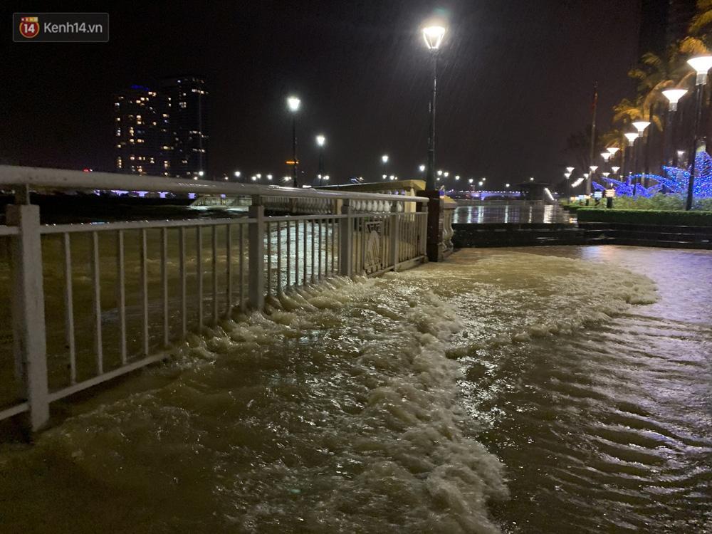 Ảnh: Lần đầu có cảnh nước sông Hàn dâng cao, tràn lên đường gây hư hại đường phố, vỉa hè-5