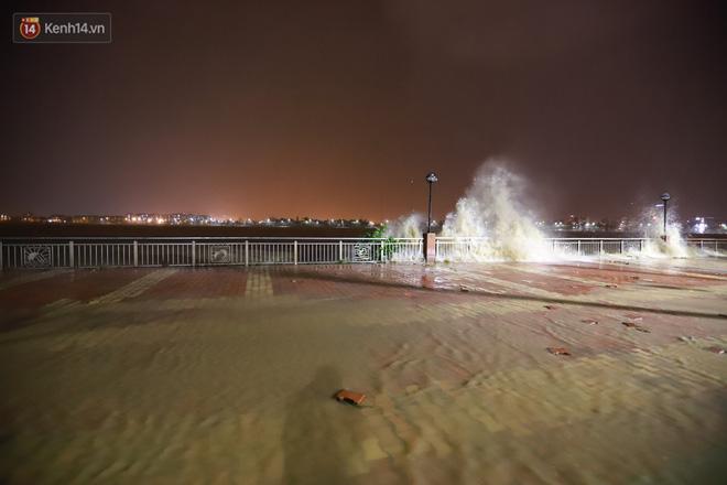 Ảnh: Lần đầu có cảnh nước sông Hàn dâng cao, tràn lên đường gây hư hại đường phố, vỉa hè-4