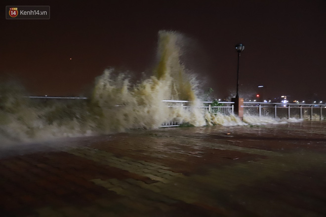 Ảnh: Lần đầu có cảnh nước sông Hàn dâng cao, tràn lên đường gây hư hại đường phố, vỉa hè-2