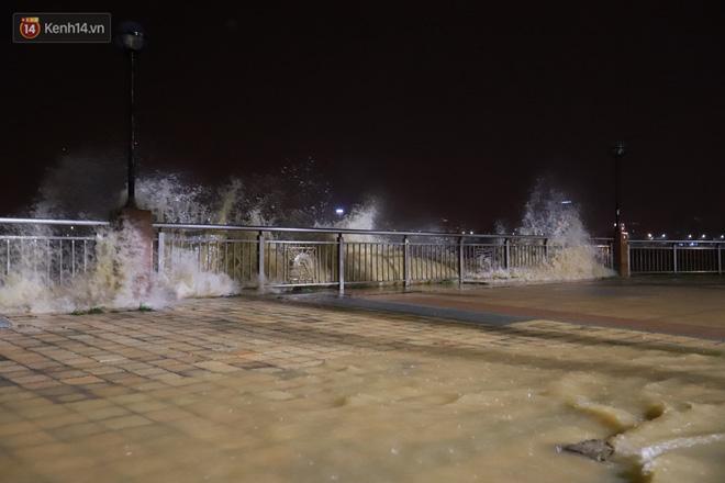 Ảnh: Lần đầu có cảnh nước sông Hàn dâng cao, tràn lên đường gây hư hại đường phố, vỉa hè-3