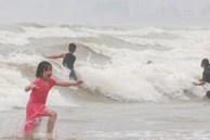Biển động sóng cao phủ đầu, người dân Đà Nẵng vẫn liều mình tắm biển sau bão