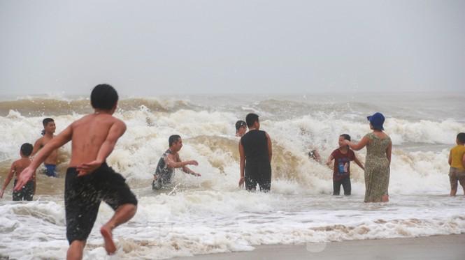 Biển động sóng cao phủ đầu, người dân Đà Nẵng vẫn liều mình tắm biển sau bão-1