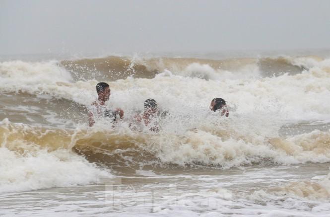 Biển động sóng cao phủ đầu, người dân Đà Nẵng vẫn liều mình tắm biển sau bão-4