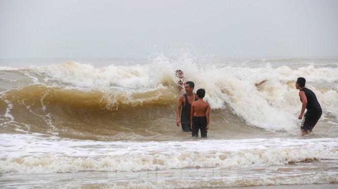 Biển động sóng cao phủ đầu, người dân Đà Nẵng vẫn liều mình tắm biển sau bão-2