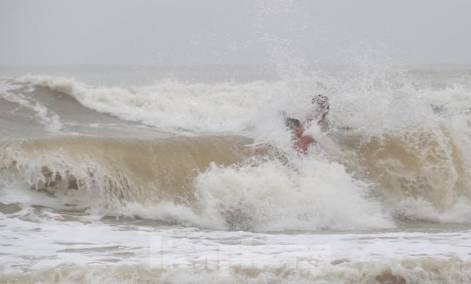 Biển động sóng cao phủ đầu, người dân Đà Nẵng vẫn liều mình tắm biển sau bão-3
