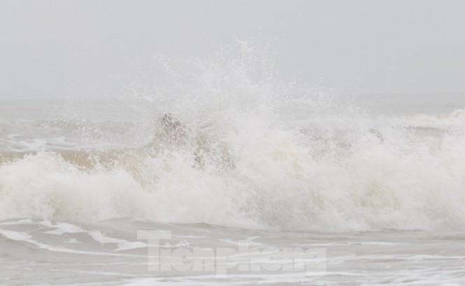 Biển động sóng cao phủ đầu, người dân Đà Nẵng vẫn liều mình tắm biển sau bão-7