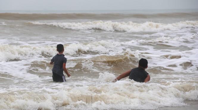 Biển động sóng cao phủ đầu, người dân Đà Nẵng vẫn liều mình tắm biển sau bão-6