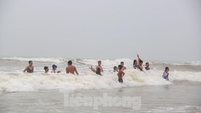 Biển động sóng cao phủ đầu, người dân Đà Nẵng vẫn liều mình tắm biển sau bão-5