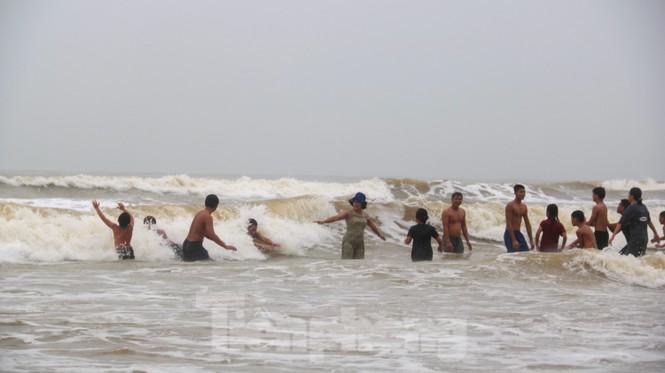 Biển động sóng cao phủ đầu, người dân Đà Nẵng vẫn liều mình tắm biển sau bão-11