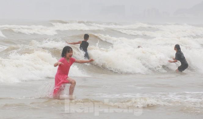 Biển động sóng cao phủ đầu, người dân Đà Nẵng vẫn liều mình tắm biển sau bão-9