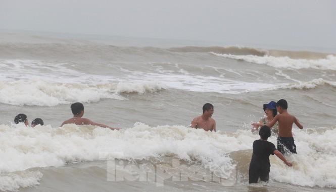 Biển động sóng cao phủ đầu, người dân Đà Nẵng vẫn liều mình tắm biển sau bão-10
