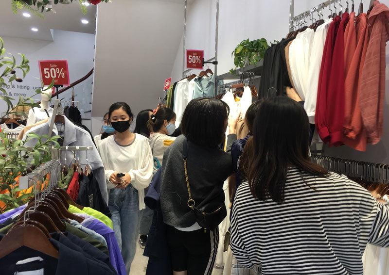 Chưa đến Black Friday đã bão giảm giá, quần áo giá 2.000 đồng-12
