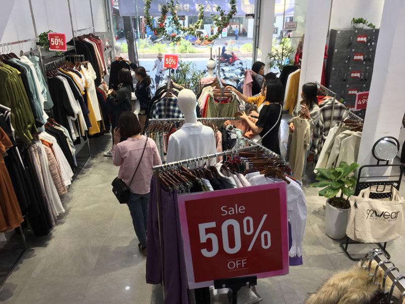 Chưa đến Black Friday đã bão giảm giá, quần áo giá 2.000 đồng-13