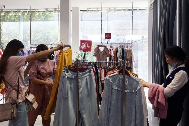 Chưa đến Black Friday đã bão giảm giá, quần áo giá 2.000 đồng-14
