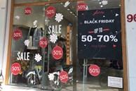 Chưa đến Black Friday đã 'bão giảm giá', quần áo giá 2.000 đồng