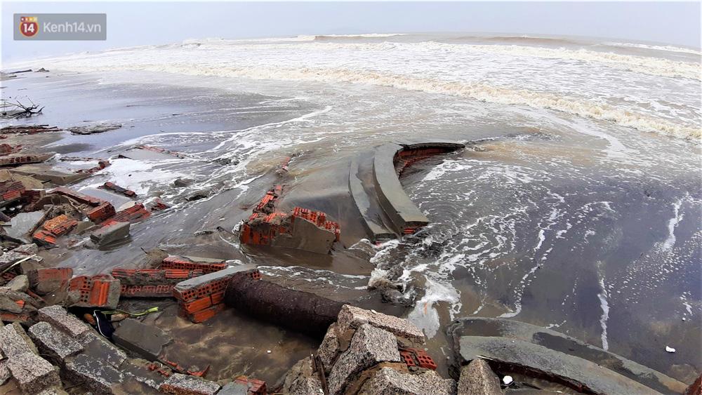 Người dân Hội An thẫn thờ nhìn bờ biển Cửa Đại, An Bàng tan hoang, hàng loạt căn nhà bị sóng biển nuốt chửng-19