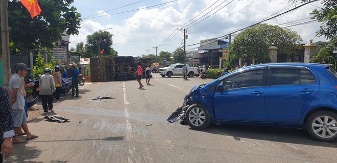 Khoảnh khắc đánh lái tránh nữ tài xế, xe ben lật nghiêng gây tai nạn kinh hoàng-2